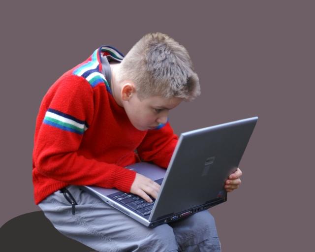 (Hinweis: Bei der Haltung, die das Kind auf dem Foto einnimmt, sind Haltungsschäden vorprogrammiert.