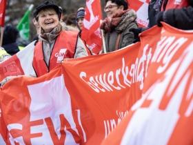 Foto: Erzieherinnen und Erzieher sowie Lehrkräfte forderten in Berlin bei Eiseskälte ein ordentliches Gehaltsplus von den Arbeitgebern (21.1.2019, Foto: Kay Herschelmann).